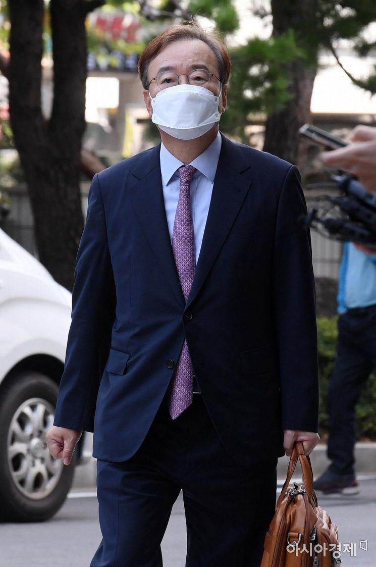 [포토] 법정 향하는 강효상 전 의원