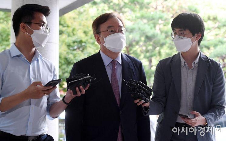 [포토] 취재진 질문 받는 강효상 전 의원