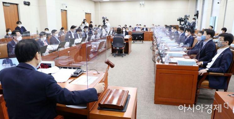 [포토] 회의 주재하는 윤후덕 기재위원장