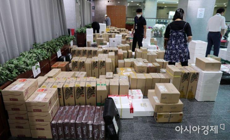 [포토] 명절 선물 가득한 국회 의원회관