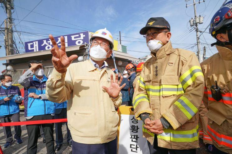 [포토]유덕열 동대문구청장, 청량리청과물시장 화재 현장 점검