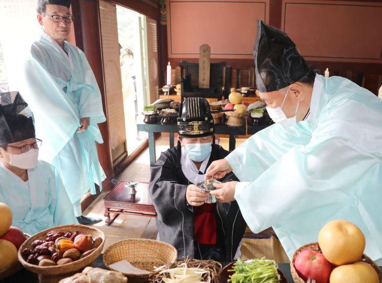 조근제 함안군수가 칠원향교에서 추계 석전대제에 참석했다.(사진=함안군)