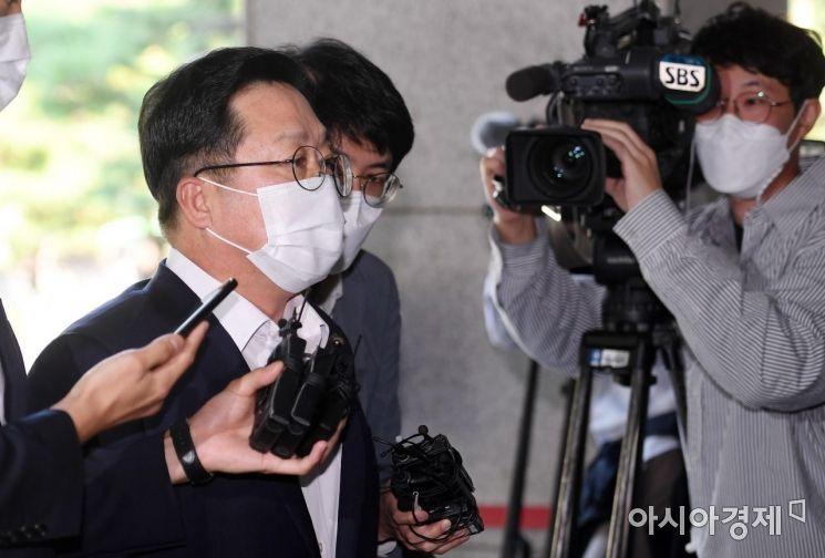 [포토] 법정 향하는 이장우 전 의원