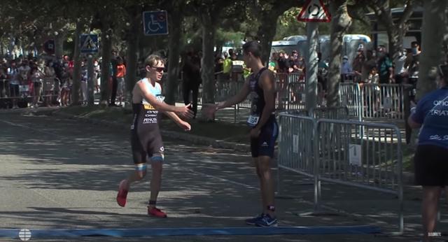 영국 트라이애슬론 선수 제임스 티아글이 스페인 선수 디에고 멘트리다에게 악수를 청하는 모습. / 사진=엘 문도 유튜브 캡처