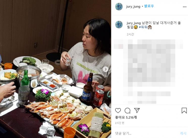 개그우먼 정주리가 남편이 자신을 위해 남겨둔 피자와 치킨 사진을 공개했다가 논란이 일었다. 남편이 비난을 받게 되자 정주리는 이를 삭제하고 다음 날 대게를 사줬다며 해명에 나섰다. 사진=정주리 인스타그램 캡처.