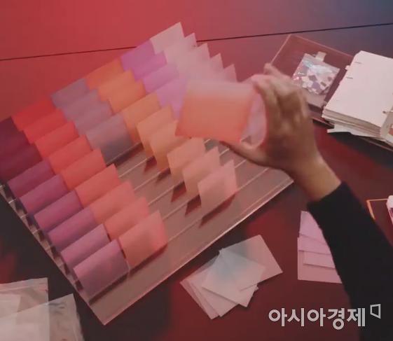 삼성 모바일 트위터에서 공개된 갤럭시S20 FE 트레일러 영상에서는 후면 색상을 강조하는 장면들이 등장한다.