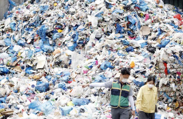 지난달 21일 광주 북구 재활용품선별장에 재활용 쓰레기가 쌓여 있다. / 사진=연합뉴스