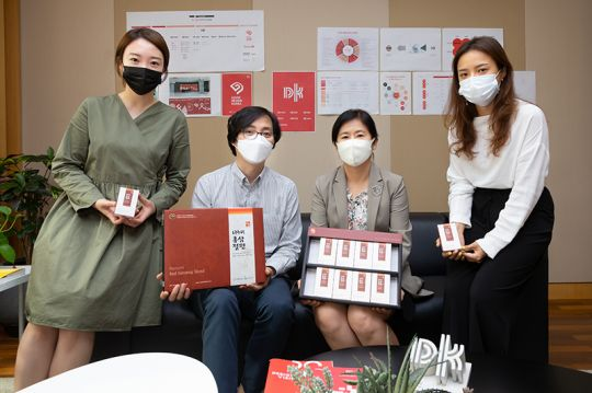 윤주현 한국디자인진흥원 원장(왼쪽 세 번째)과 직원들이 핸드인핸드 캠페인에 동참하면서 기념촬영을 하고 있다.