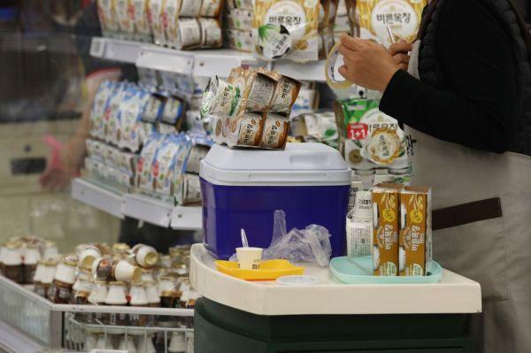 지난 6월21일 한 대형마트에서 직원이 사은품을 테이프로 묶어 붙이고 있다. 사진=연합뉴스