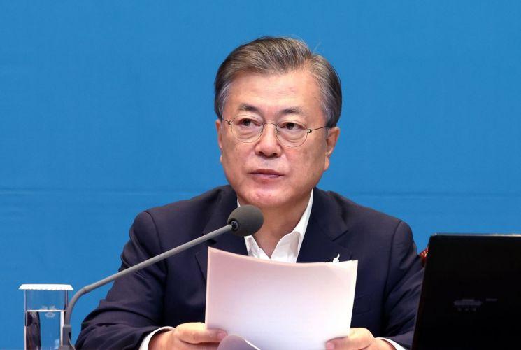 문재인 대통령이 22일 오전 청와대 여민관에서 열린 영상 국무회의에서 발언하고 있다. <이하 사진=연합뉴스>