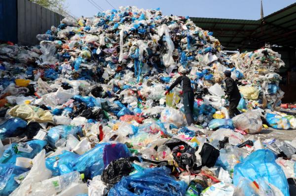 지난 4월2일 오전 광주 북구 재활용품선별장에 처리하지 못한 재활용품이 산더미처럼 쌓여있다. 사진=연합뉴스