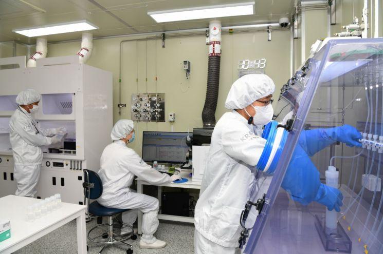 한국표준과학연구원 가스분석표준그룹 산업용독성가스분석표준팀이 불화수소 품질평가를 진행하고 있다.