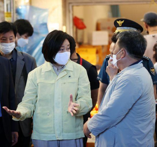 박영선 중소벤처기업부 장관(가운데)이 22일 서울 동대문구 제기동 청량리 전통시장과 청과물시장 화재현장을 방문해 관계자들과 피해상황에 대해 이야기하고 있다.