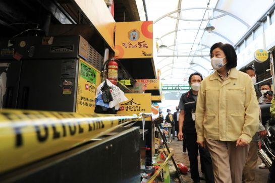 박영선 중소벤처기업부 장관이 22일 서울 동대문구 제기동 청량리 전통시장과 청과물시장 화재현장을 방문해 피해상황을 점검하고 있다.