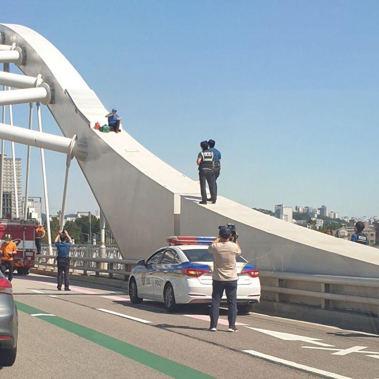 서울 양화대교 위에 올라간 남성. 사진=SNS 캡쳐