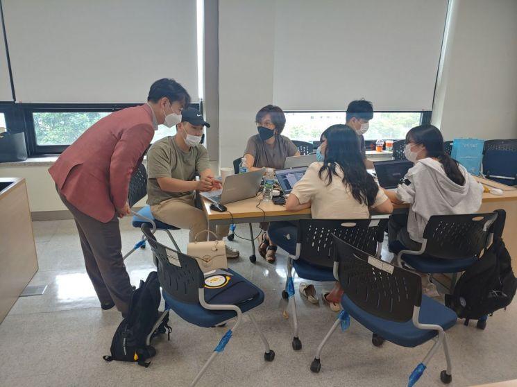 인제대 경영대학 교수진과 학생들이 '마켓 플레이스 라이브' 게임으로 수업에 참여하고 있다.(사진=인제대)