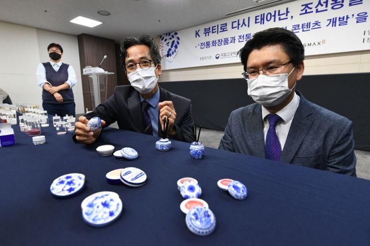 화장품 소개하는 전통대 정용재 교수(왼쪽)