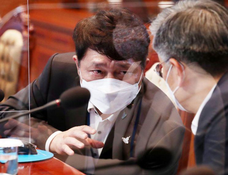 최재성 청와대 정무수석(왼쪽)과 김종호 민정수석이 14일 청와대에서 열린 수석·보좌관 회의에 서 대화하고 있다. <사진=연합뉴스>