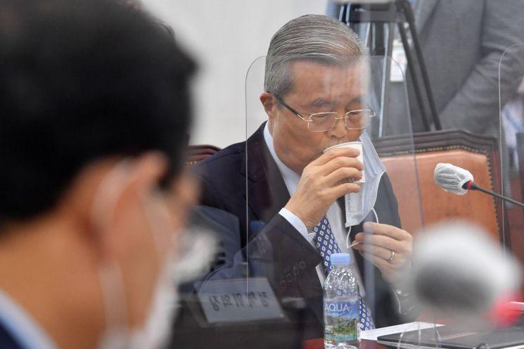김종인 국민의힘 비상대책위원장이 22일 국회에서 열린 화상 의원총회에서 물을 마시고 있다. / 사진=연합뉴스