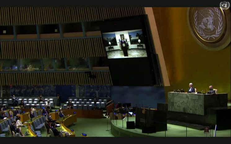 75차 유엔총회에 참석한 각국 대표단이 도널드 트럼프 미국 대통령의 화상 연설을 지켜보고 있다. [이미지출처=AP연합뉴스]