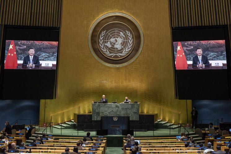 75차 유엔총회에 참석한 각국 대표단이 시진핑 중국 국가주석의 화상 연설을 지켜보고 있다. [이미지출처=AP연합뉴스]