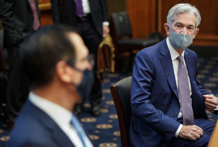 제롬 파월 Fed 의장(오른쪽)과 스티븐 므누신 재무부 장관이 22일 하원에 출석해 증언하고 있다. [이미지출처=AP연합뉴스]