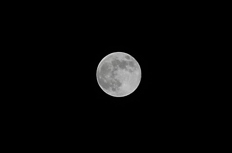 지난 5월7일 부산 동래구 하늘에 슈퍼문 보름달이 떠오르고 있다. [이미지출처=연합뉴스]