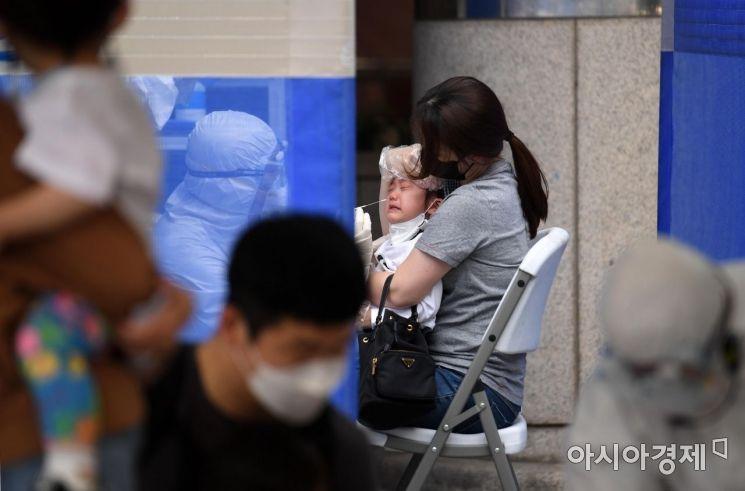 서울의 한 어린이집 교사 가족이 신종 코로나바이러스 감염증(코로나19) 확진 판정을 받은 가운데 23일 서울 동작구보건소 선별진료소에서 해당 어린이집 아이들이 선제 검사를 받고 있다./김현민 기자 kimhyun81@