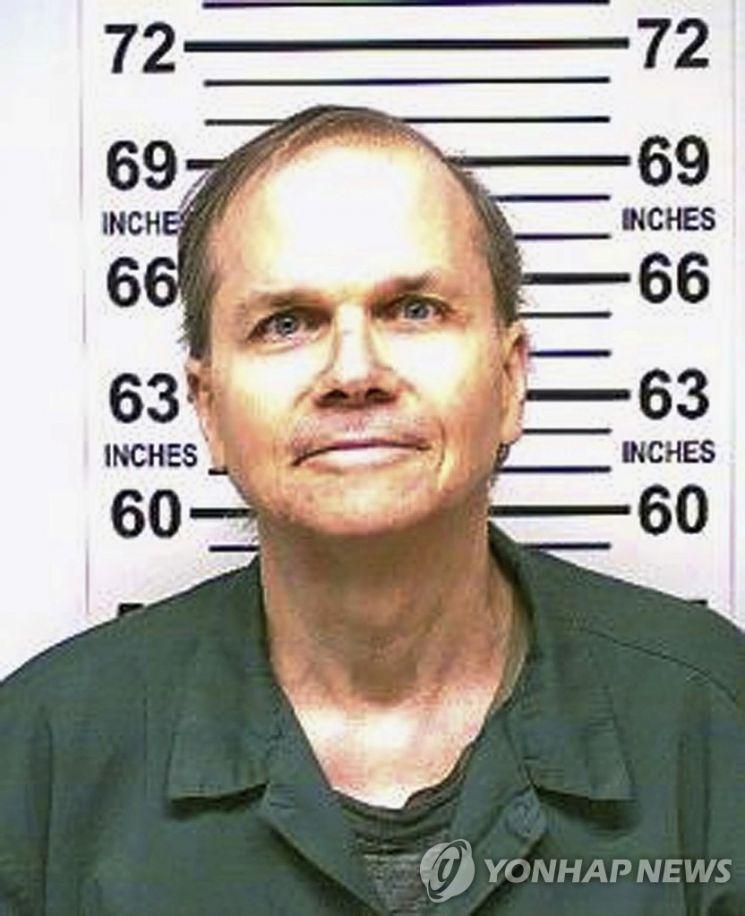 40년 전 존 레넌을 살해했을 당시의 마크 데이비드 채프먼. [이미지출처=연합뉴스]