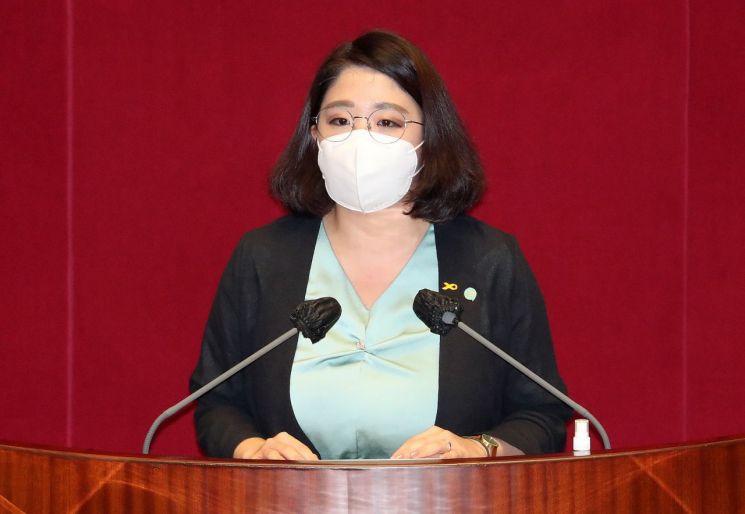 용혜인 기본소득당 의원이 22일 국회 본회의에서 '2020년도 제4회 추가경정예산안'에 대한 토론을 하고 있다. [이미지출처=연합뉴스]