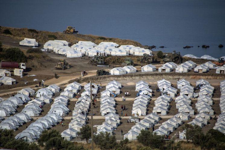 17일(현지시간) 그리스 레스보스섬 북동쪽 카라테페에 새로 설치된 난민캠프와 중장비의 모습. [이미지출처=연합뉴스]