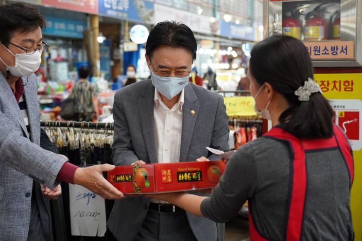 이강섭 법제처장이 세종전통시장에 방문해 제수용품을 구입하고 상인들과 대화하는 모습.(사진제공=법제처)