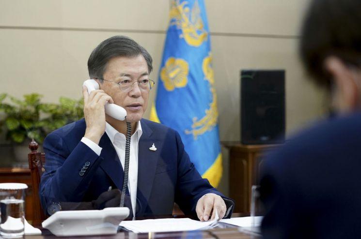 문재인 대통령이 24일 오전 청와대에서 스가 요시히데(菅義偉) 일본 총리와 전화 회담을 하고 있다.  <사진=청와대 제공>