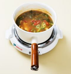 7. 대파, 풋고추, 홍고추를 넣어 한소끔 끓인다.