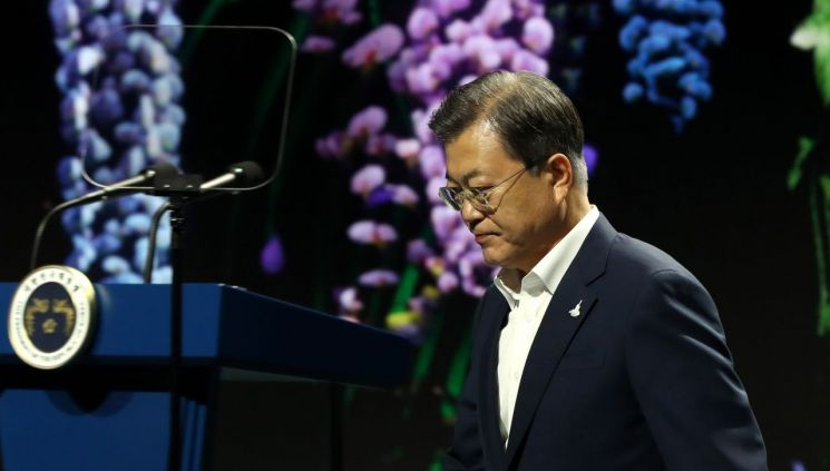 문재인 대통령이 24일 오후 경기 김포시 민간 온라인 공연장인 캠프원에서 열린 디지털뉴딜문화콘텐츠산업 전략보고회에 참석, 연설을 마친 뒤 이동하고 있다.