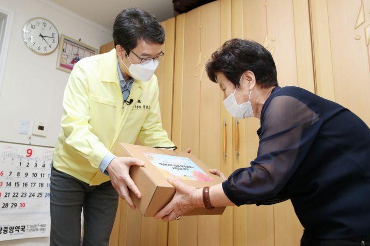 정원오 성동구청장이 제24회 노인의 날을 맞아 독거어르신 댁을 방문해 지원물품을 전달하고 감사인사를 전했다.