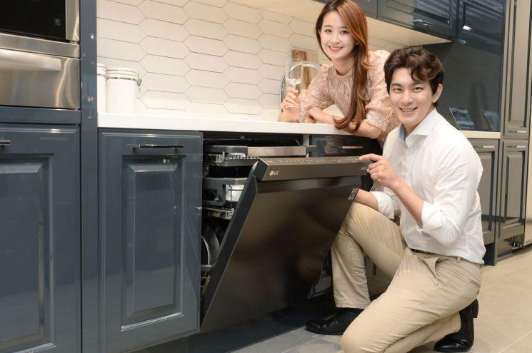LG전자가 25일 '디오스 식기세척기 스팀' 빌트인 전용 신제품을 출시했다.