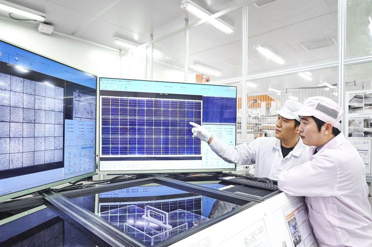 신성이엔지 직원이 태양광 모듈을 검수하고 있다. 사진=신성이엔지
