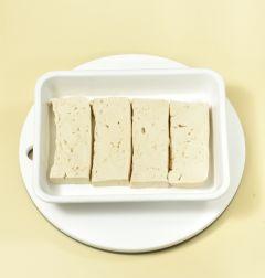 1. 두부는 1.5cm 두께로 썰어서 소금을 뿌려 5분 정도 둔다.