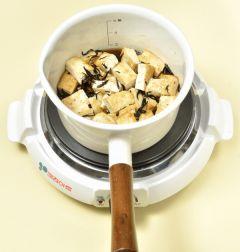 3. 조림장이 끓으면 두부를 넣은다음 끓기 시작하면 윤기나게 4~5분정도 조려 참기름을 넣어 섞는다.
