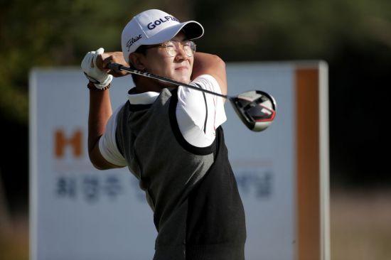 김성현이 최경주인비테이셔널 둘째날 12번홀에서 티 샷을 하고 있다. 사진=KPGA