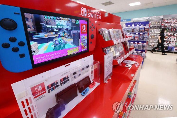 지난 17일 국내 한 대형마트에 전시된 일본 닌텐도사 게임기 '닌텐도 스위치' 샘플 상품들. / 사진=연합뉴스