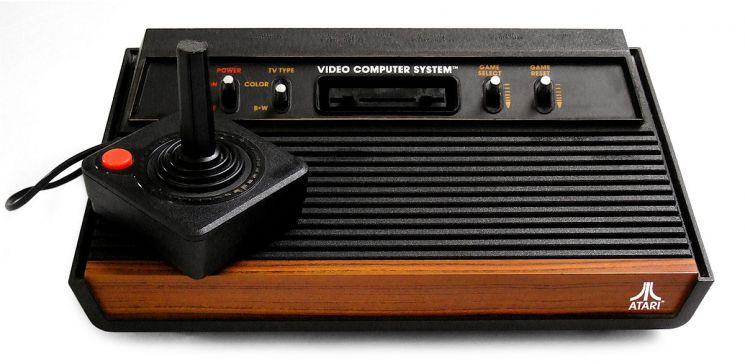 최초의 콘솔 게임기 '아타리 2600'과 조종용 스틱. / 사진=위키피디아 캡처