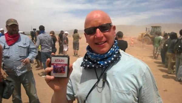 지난 2014년 미국 뉴멕시코주 앨러모고도 인근 사막에서 발굴한 'E.T.' 게임 카트리지. / 사진=유튜브 캡처
