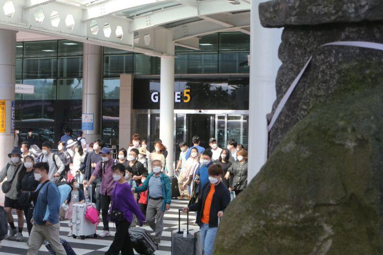 추석 연휴를 앞둔 주말인 26일 제주에 도착한 많은 관광객 등이 마스크를 쓰고 제주국제공항을 빠져나가고 있다.[이미지출처=연합뉴스]