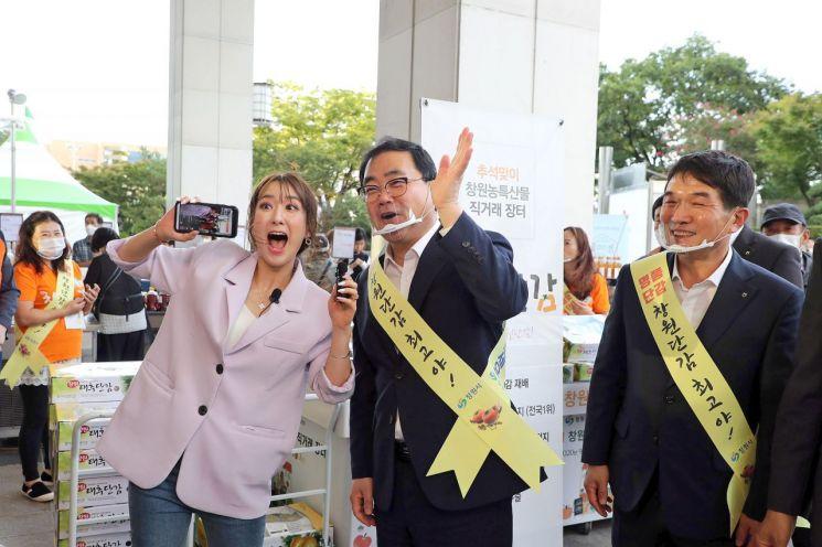 허성무 창원시장은 '창원농특산물 라이브커머스'에 출연해 단감 소비촉진에 나섰다.(사진=창원시)