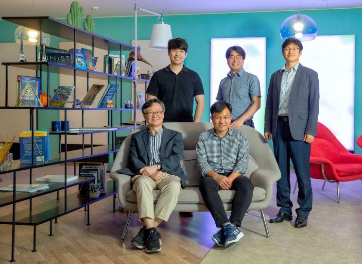 (앞줄 왼쪽부터 반시계 방향) 이재성 교수, 허민 짱(Hemin Zhang) 연구교수, 신태주 교수, 정후영 교수, 변우진 연구원.