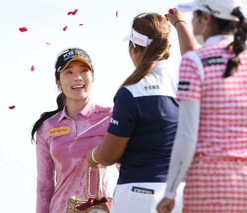 안송이(왼쪽)가 팬텀클래식 최종일 우승 직후 꽃잎 세례를 받고 있다. 사진=KLPGA
