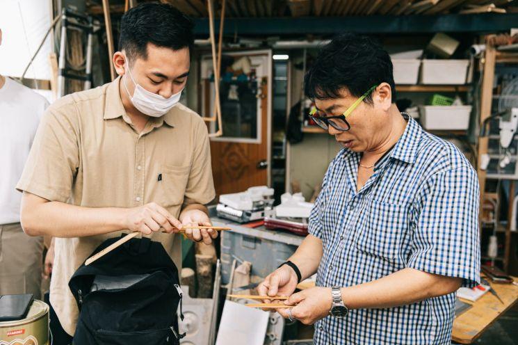 영등포아이디어펀딩 선정팀 중 하나인 '홍툴'과 문래동 기술장인이 함께 제품에 대해 이야기나누고 있다.