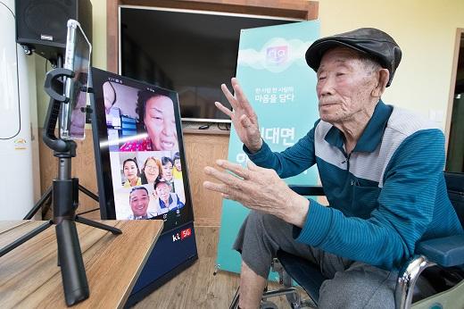 KT 요양원 안심 면회...대형TV로 최대 8명 영상통화